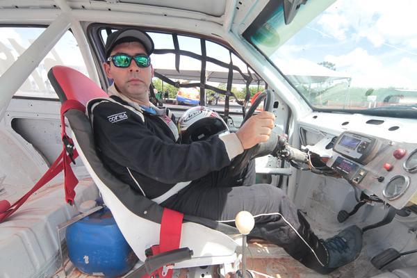 Campeão mato-grossense de Turismo de Velocidade na Terra, o piloto Alex Chicati